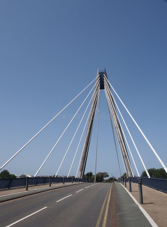 Взгляд рассматривая висячий мост в southport Мерсисайде против голубого неба стоковое изображение