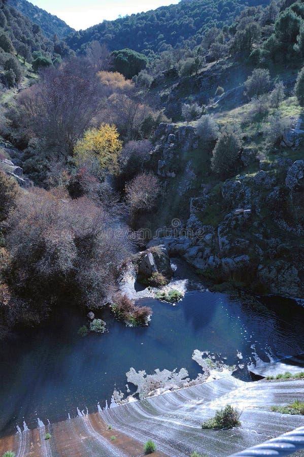 взгляд резервуара, гор и полей деревьев на солнечный день в центре Испании, около San Lorenzo de El Escorial, Мадрида стоковые фотографии rf