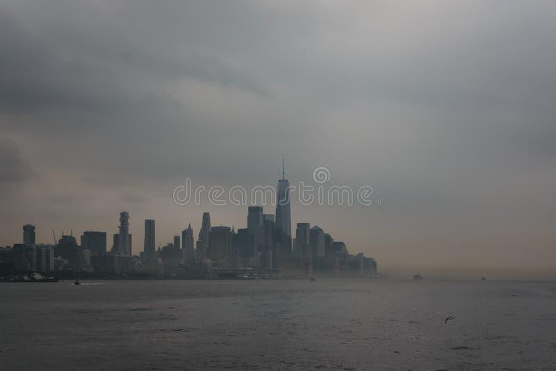 Взгляд реки горизонта и привлекательностей Нью-Йорка стоковое фото rf