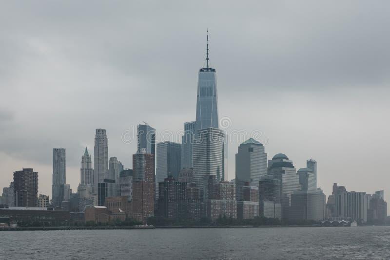 Взгляд реки горизонта и привлекательностей Нью-Йорка стоковые фото
