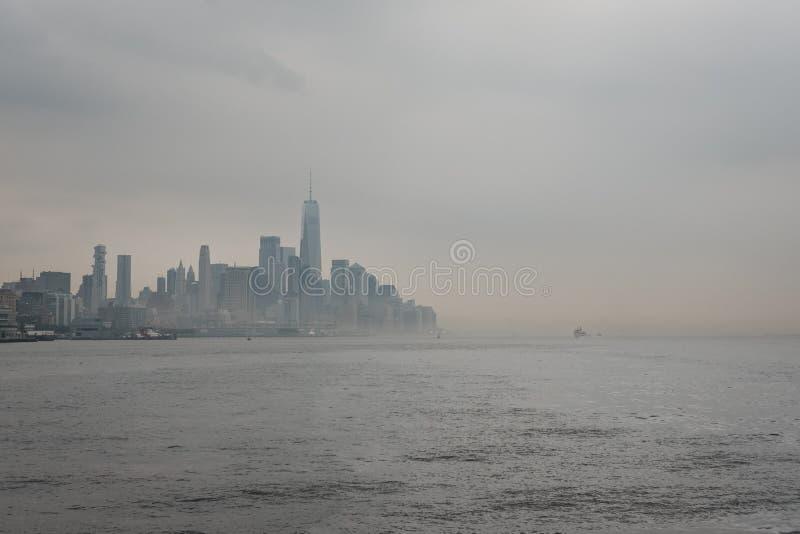 Взгляд реки горизонта Нью-Йорка и привлекательностей, США стоковые изображения