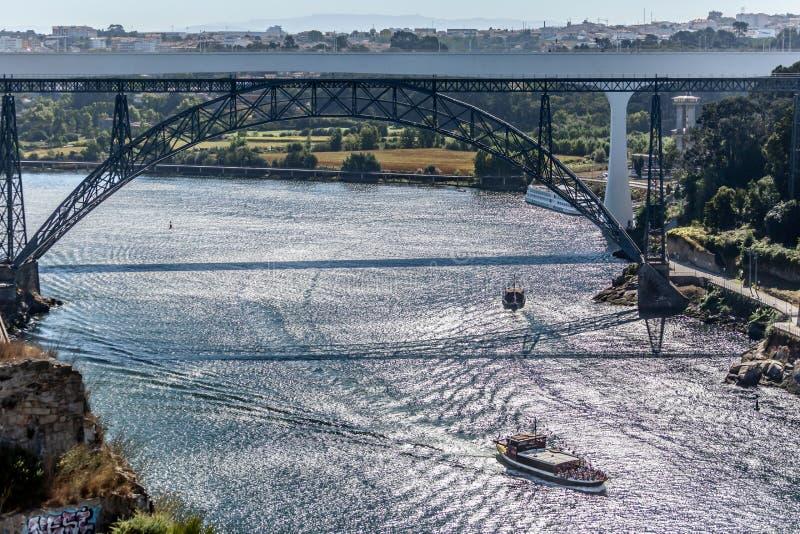 Взгляд реки Дуэро и мостов d Pia Мария и инфант, банки и шлюпки плавая на реке стоковые изображения rf