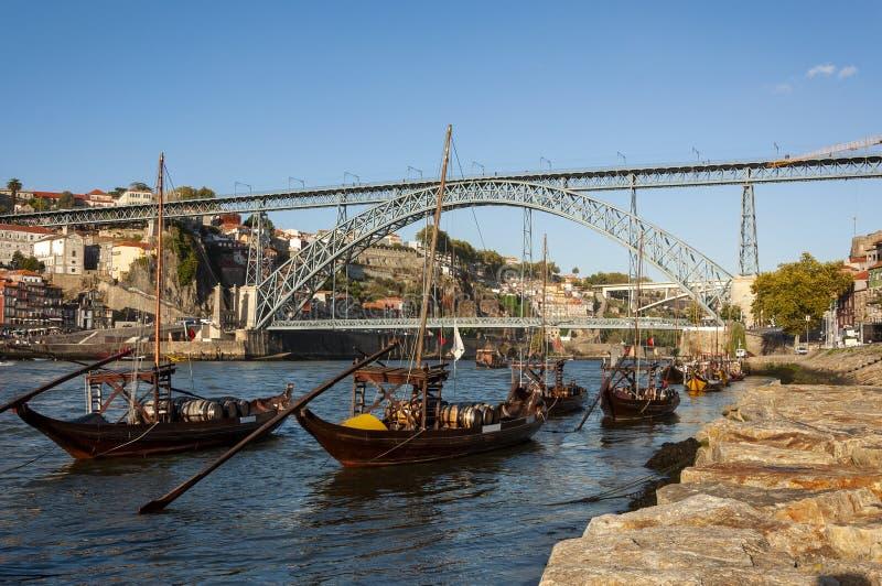 Взгляд реки Дуэро с шлюпками rabelo, иконическим мостом Dom Луис и районом Ribeira в Порту, Португалии стоковые фото