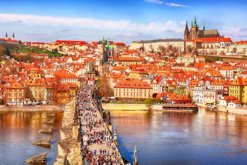 Взгляд реки Карлова моста, замка Праги и Влтавы в Праге, чехии сверху Славный солнечный летний день с голубым небом стоковая фотография rf