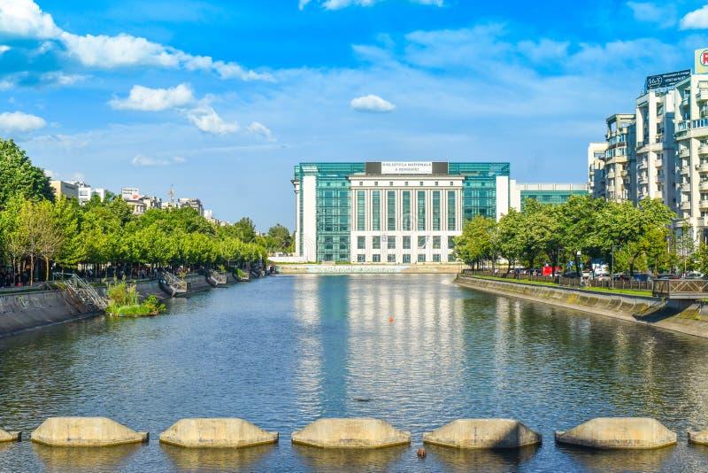 Взгляд реки Dambovita и национальной библиотеки в солнечном весеннем дне - Бухареста, Румынии - 20 05 2019 стоковая фотография rf