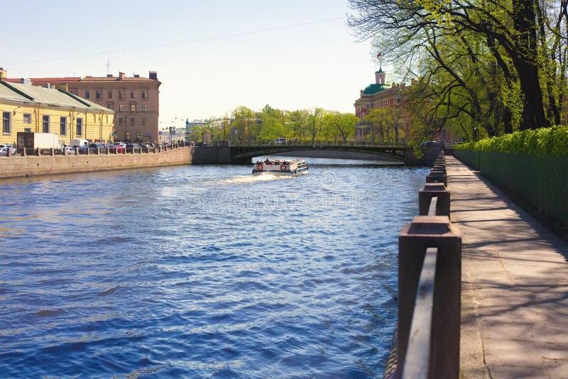 Взгляд реки Fontanka, обваловка гранита, мост Panteleymonovsky и Mikhailovsky рокируют в Санкт-Петербурге стоковое изображение