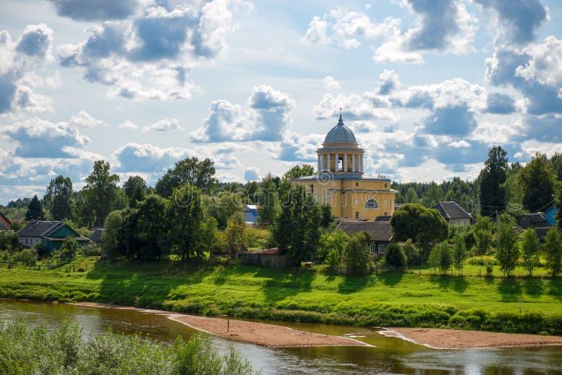 Взгляд реки Msta и церков предположения благословленной девой марии стоковое фото rf
