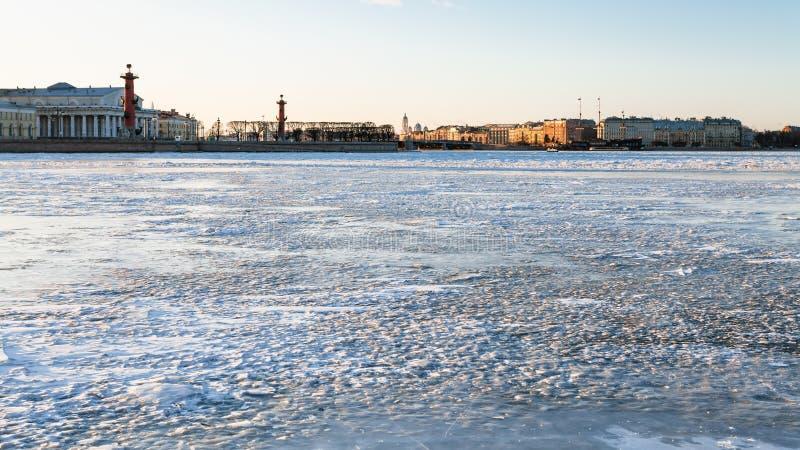 Взгляд реки Neva и вертела острова Vasilyevsky стоковое изображение rf