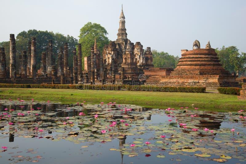 Взгляд руин старого буддийского виска Wat Mahathat Sukhothai, Таиланд стоковые фотографии rf