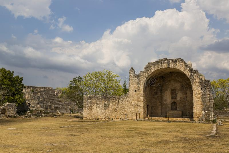 Взгляд руин dzibilchantun которое только 10 минут от города стоковые изображения