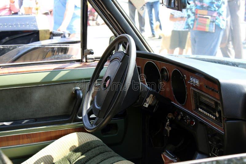 Взгляд руля и приборной панели арены в винтажном стиле Ретро автомобиль стоковая фотография