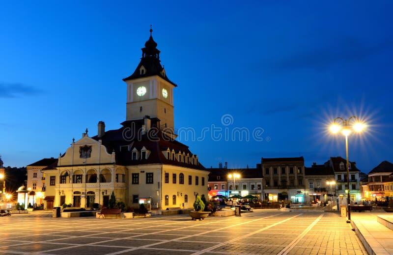 взгляд Румынии ночи совету brasov квадратный стоковое изображение rf