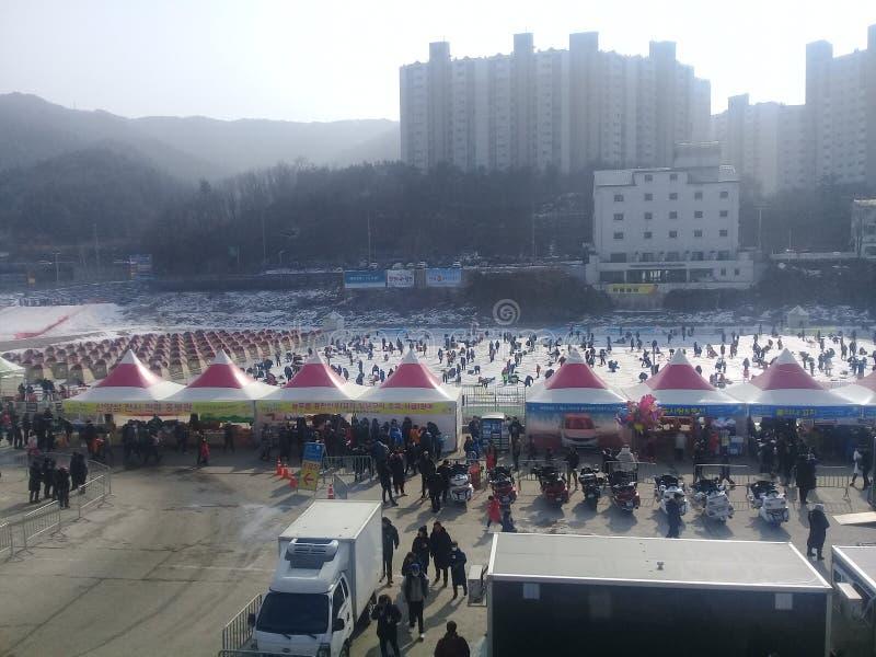 Взгляд рыбной ловли льда участников на замороженном реке Hwacheon во время фестиваля льда Hwacheon Sancheoneo ежегодника стоковые изображения