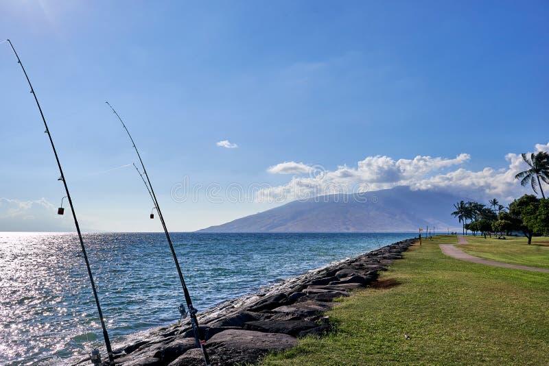 Взгляд рыболовной удочки поставленный на якорь между утесами, гавайским океаном, и островом увиденным от парка в Мауи стоковая фотография rf