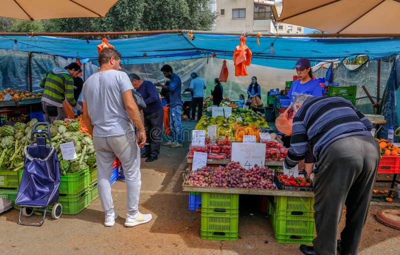 Взгляд рынка фрукта и овоща Лимасола с покупателями выбирая их фрукт и овощ стоковое изображение rf