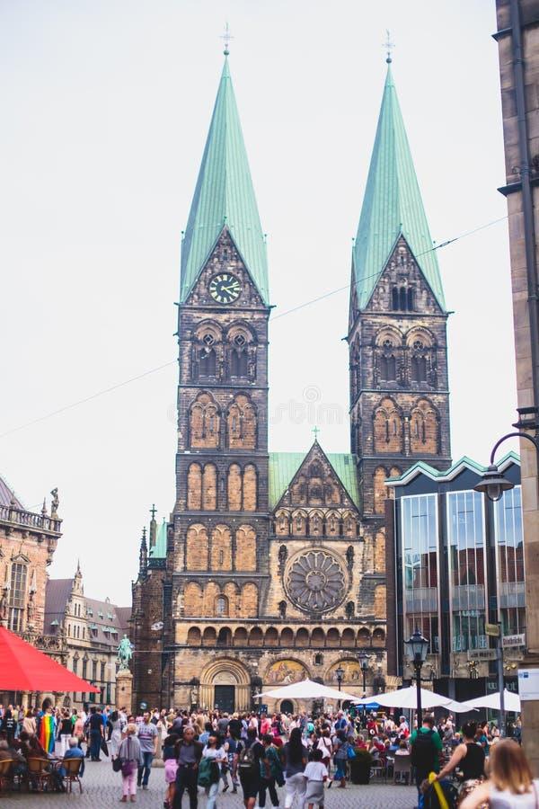Взгляд рыночной площади Бремена с статуей ратуши, Рональда и толпой людей, исторического центра, Германии стоковые изображения rf