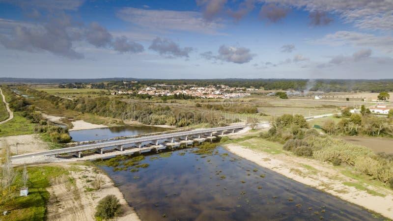 Взгляд Санта Justa в мосте sorraia реки, Coruche Santarem Португалии Воздушное фото взгляда глаза ` s птицы трутня стоковая фотография