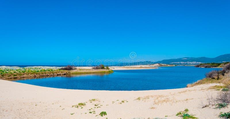Взгляд Сан Pietro пляж конематки в Сардинии стоковые изображения rf