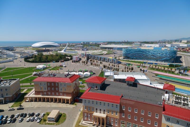 Взгляд сверху административных зданий и парка Сочи олимпийского на seashore стоковые фото