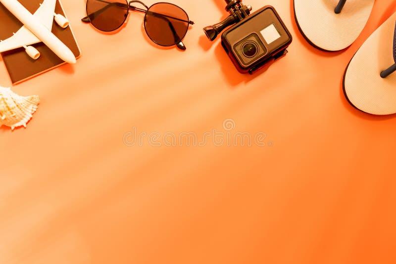 Взгляд сверху аксессуаров путешественника, тропических лист ладони и самолета на розовой предпосылке с пустым космосом для текста стоковое фото rf