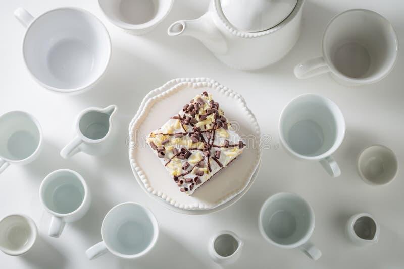 Взгляд сверху белого торта с муссом, шоколадом и фарфором стоковые изображения