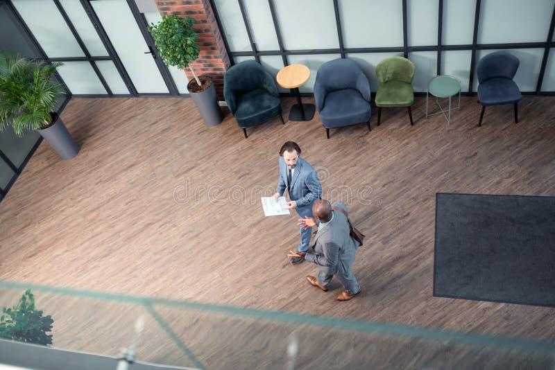 Взгляд сверху 2 бизнесменов входя в деловый центр перед встречей стоковое фото