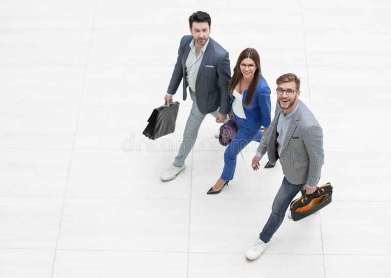 Взгляд сверху бизнесмены идут совместно стоковое фото