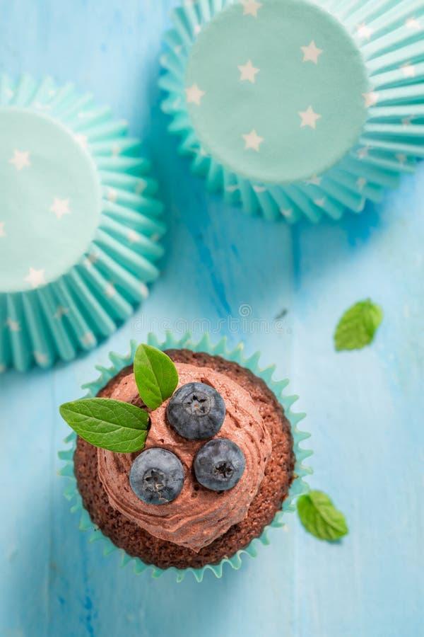 Взгляд сверху булочки с голубиками и сливк шоколада стоковые фотографии rf