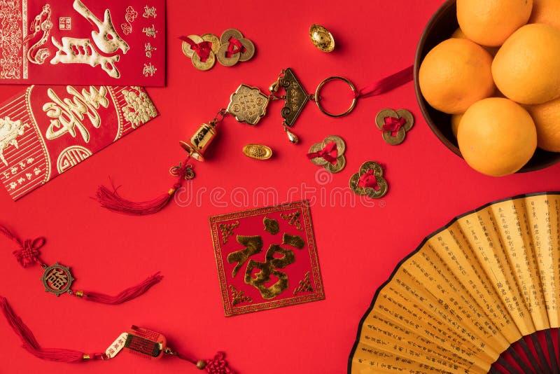 взгляд сверху вентилятора с поздравительными открытками характеров с украшениями и tangerines каллиграфии восточными стоковое фото