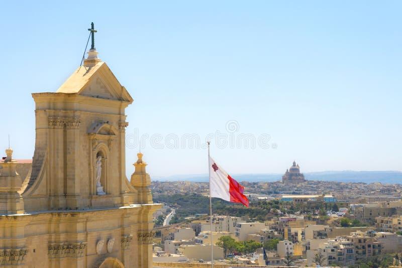 Взгляд сверху Виктории столицы от собора предположения, Gozo с мальтийсным флагом Панорама архитектуры города острова стоковое фото rf