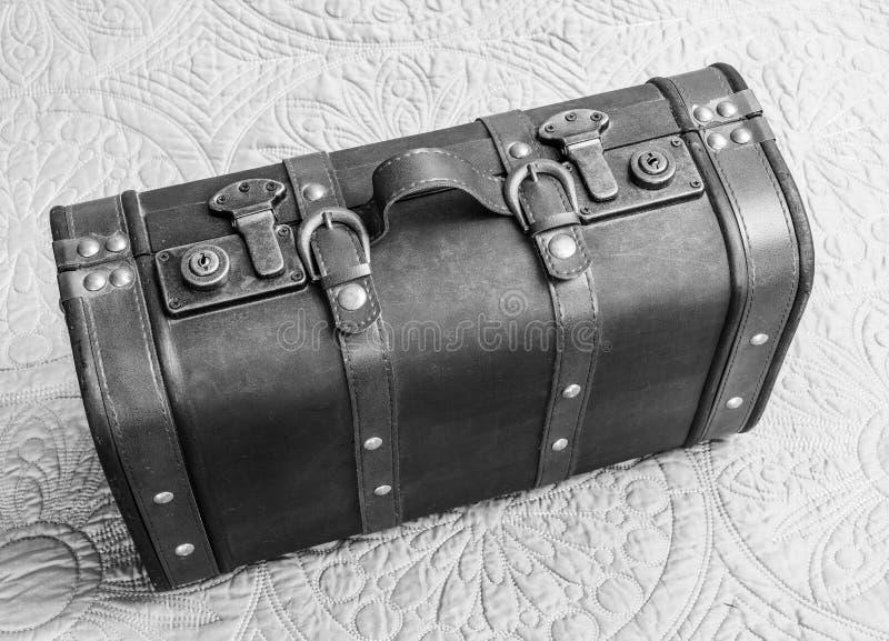 Взгляд сверху винтажного кожаного чемодана в черно-белом, дежурного стоковое изображение
