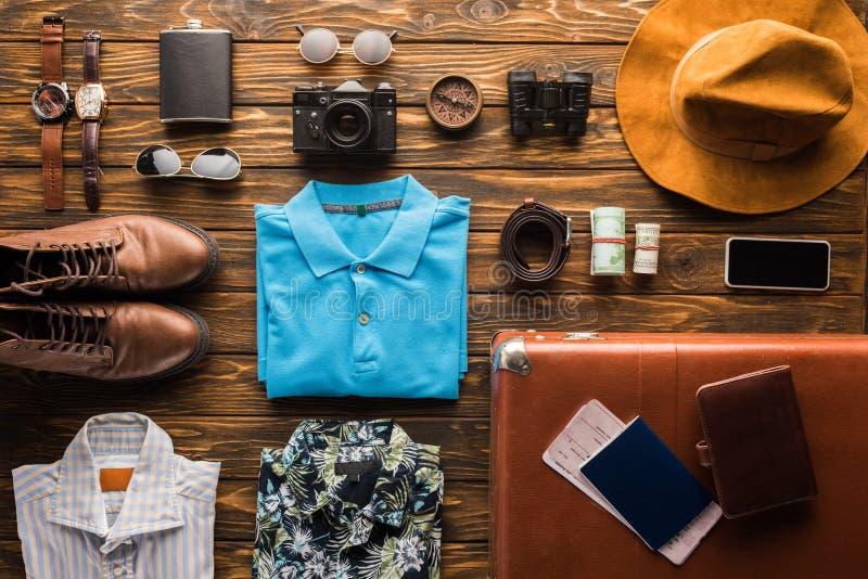 взгляд сверху винтажного чемодана с багажем для перемещения на деревянной поверхности стоковое изображение rf