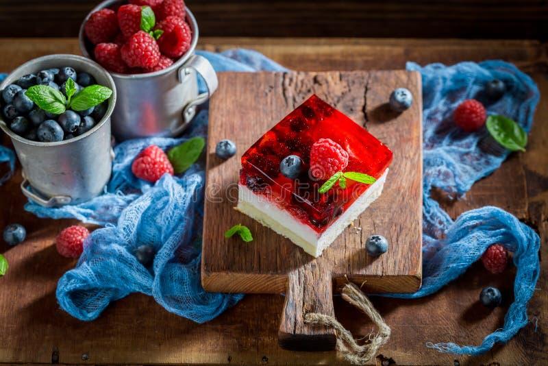 Взгляд сверху вкусного торта со свежими ягодами и студнем стоковая фотография rf