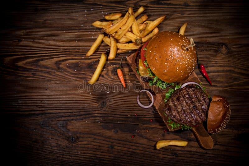 Взгляд сверху вкусных бургеров на деревянном столе стоковая фотография rf
