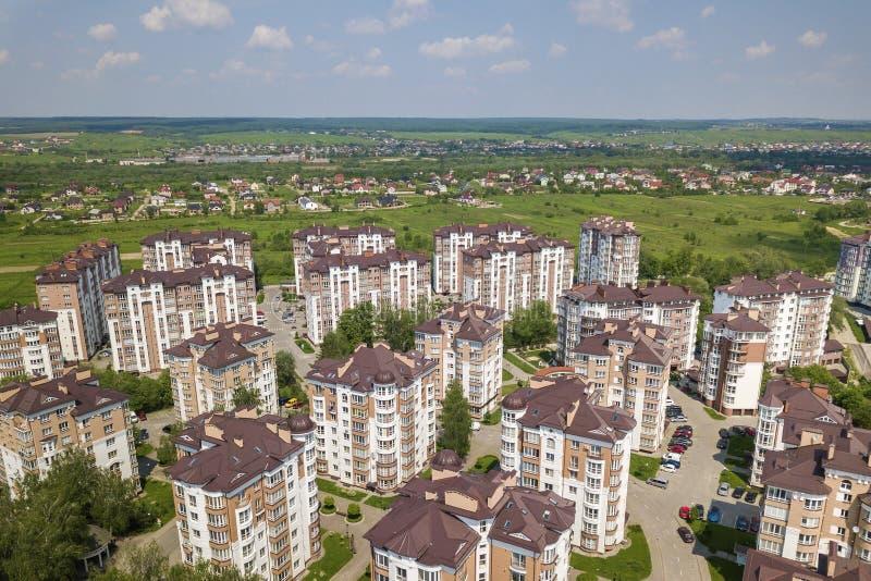 Взгляд сверху высотных зданий квартиры или офиса, припаркованных автомобилей, городского ландшафта города Воздушное фотографирова стоковое изображение
