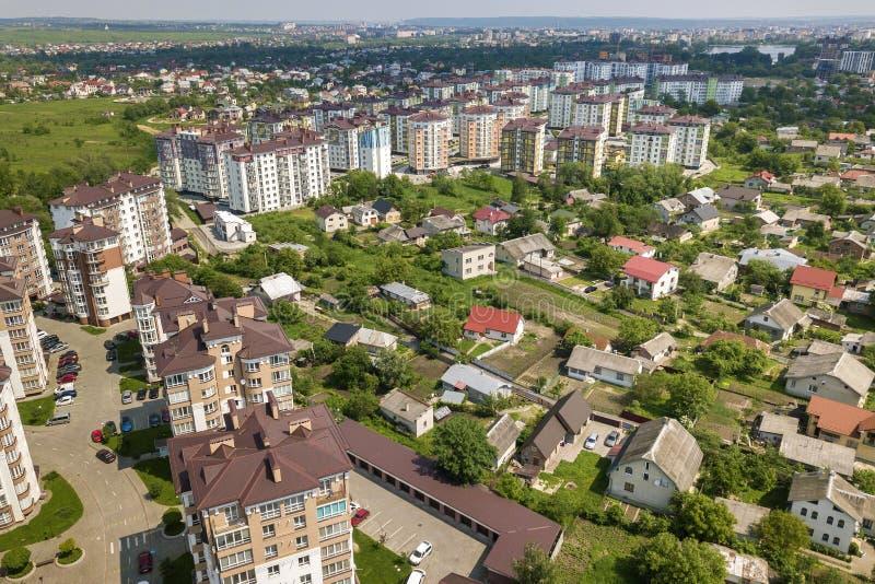 Взгляд сверху высотных зданий квартиры или офиса, припаркованных автомобилей, городского ландшафта города Воздушное фотографирова стоковые фотографии rf