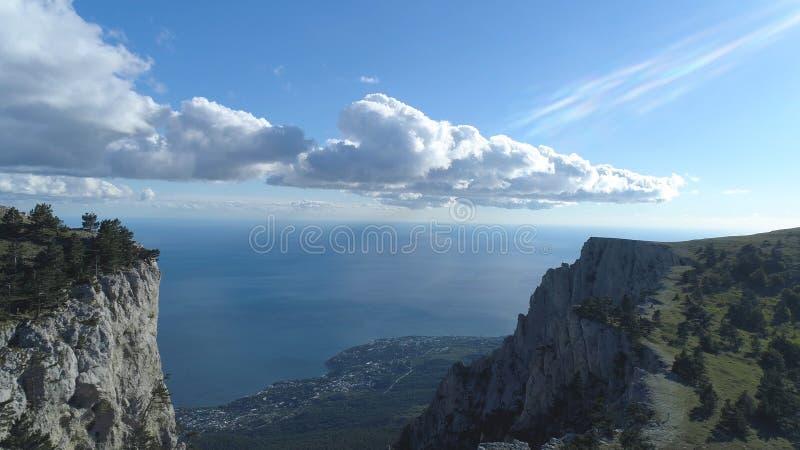 Взгляд сверху горизонта прибрежного города и голубого неба с морем съемка Взгляд от верхней части горы к прибрежному городу с ярк стоковые фото