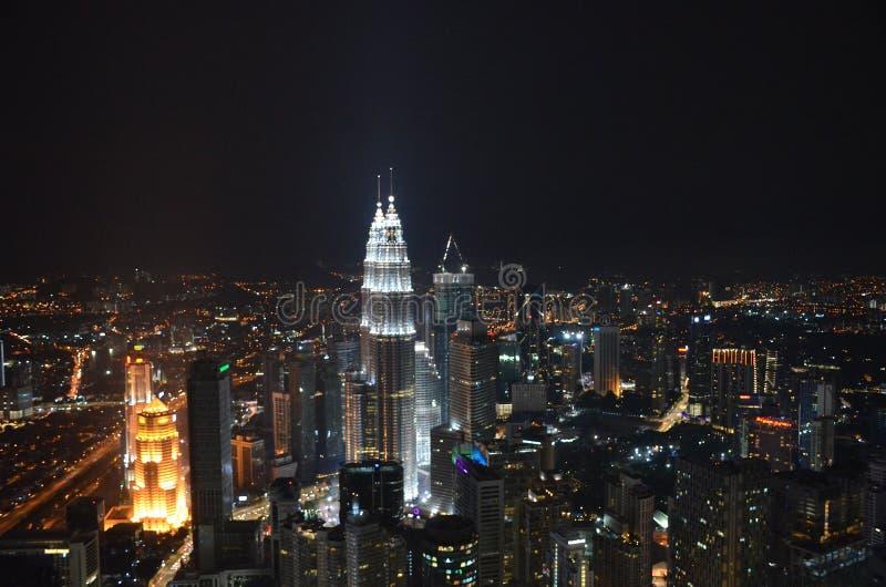 Взгляд сверху города ночи Куалаа-Лумпур от башни Menara стоковое изображение