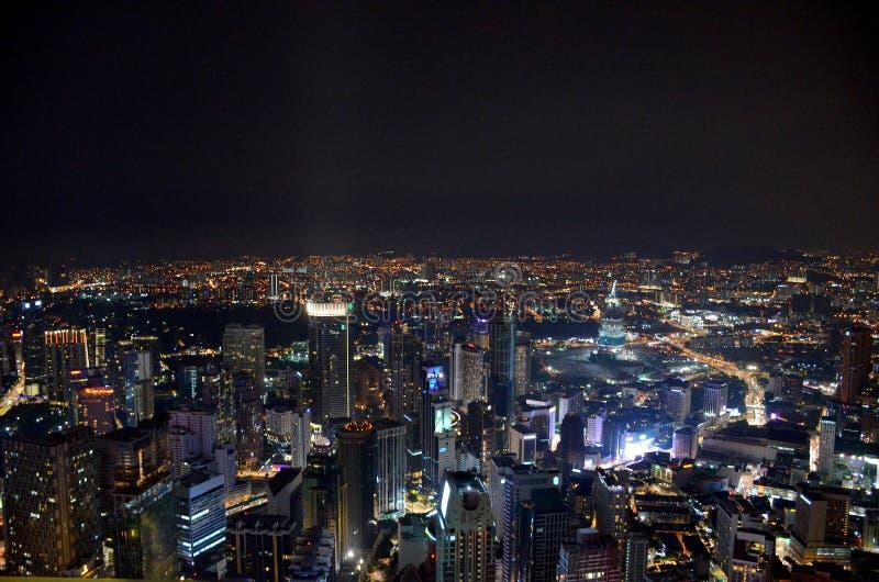 Взгляд сверху города ночи Куалаа-Лумпур от башни Menara стоковая фотография