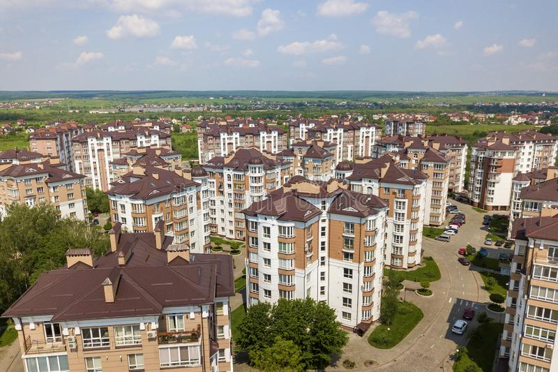Взгляд сверху городского превращаясь ландшафта города с высокорослыми жилыми домами и домами пригорода Воздушное фотографирование стоковая фотография