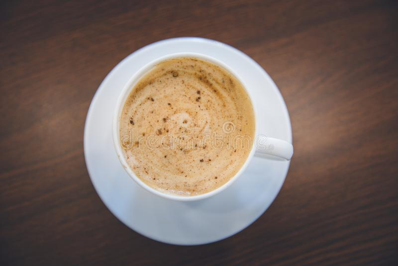 Взгляд сверху горячей пены спирали чашки капучино кофе стоковое фото rf