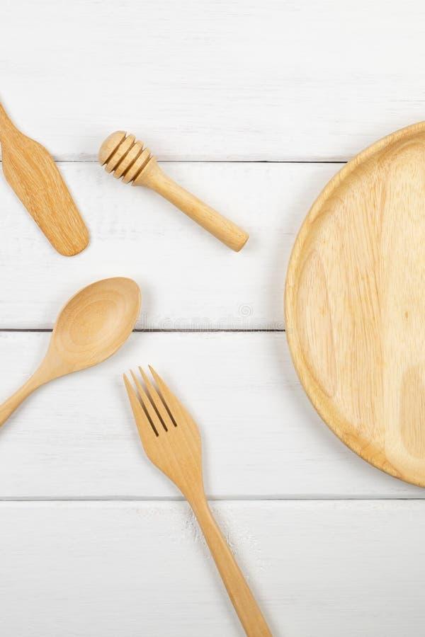 Взгляд сверху деревянного блюда с едой утварей стоковые изображения rf