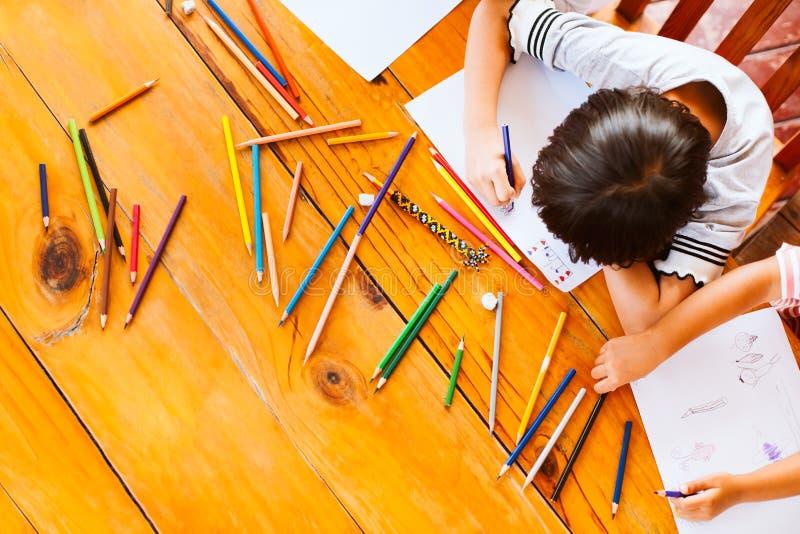 Взгляд сверху детей группы азиатских рисуя и крася стоковые фотографии rf