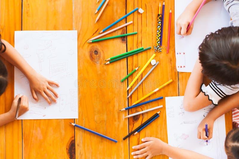 Взгляд сверху детей группы азиатских рисуя и крася стоковые изображения rf