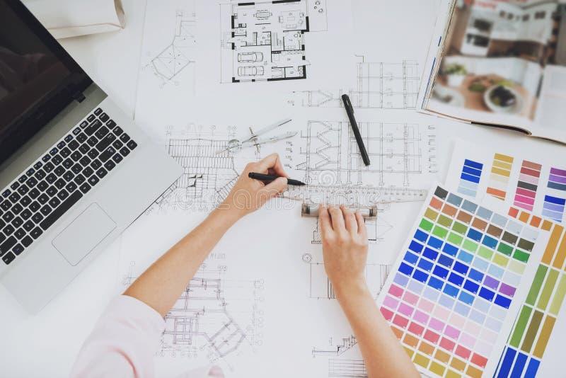 Взгляд сверху Дизайнер работая с чертежом в офисе стоковые изображения