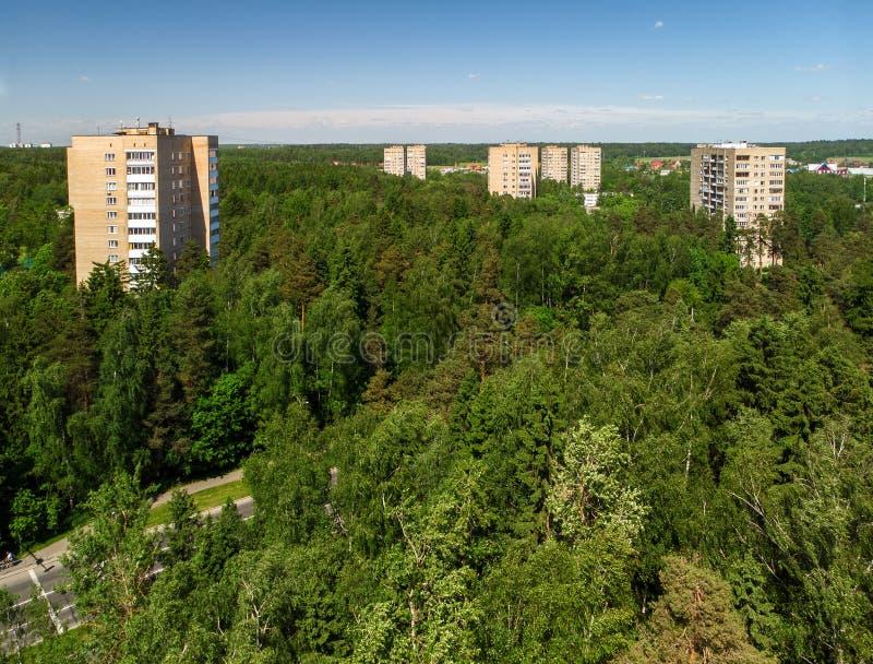 Взгляд сверху дома в лесе в Москве, России стоковые фотографии rf
