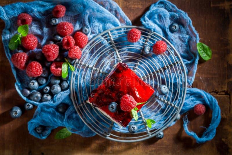 Взгляд сверху домодельного торта со свежими ягодами и студнем стоковое изображение rf
