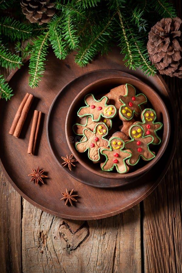 Взгляд сверху домодельных печений в коричневом шаре для рождества стоковое изображение rf