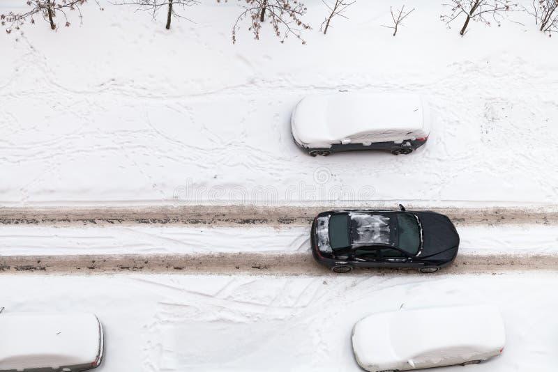 Взгляд сверху дороги снежка в селитебном заречье стоковая фотография rf