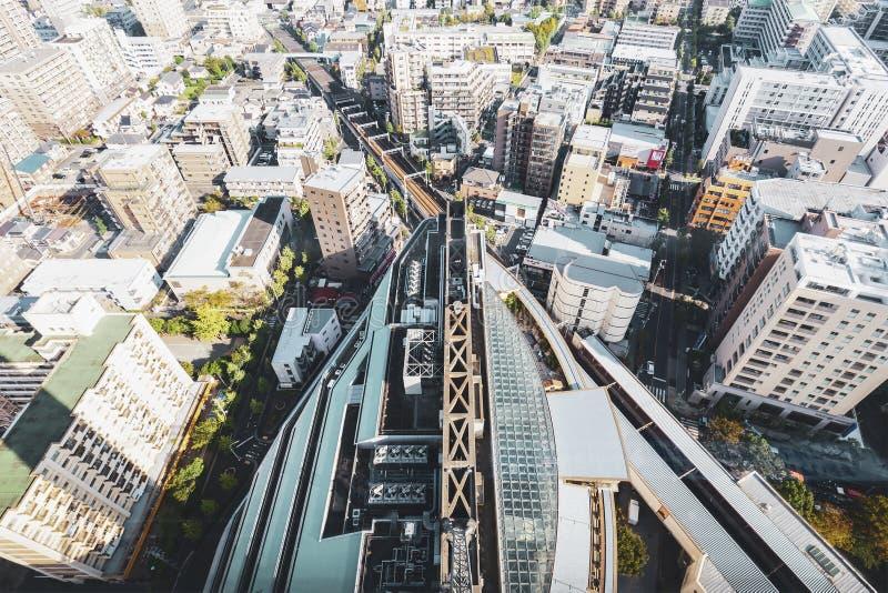 Взгляд сверху железнодорожного вокзала поезда Funabori в Токио Японии с офисом и жилищным строительством стоковое изображение